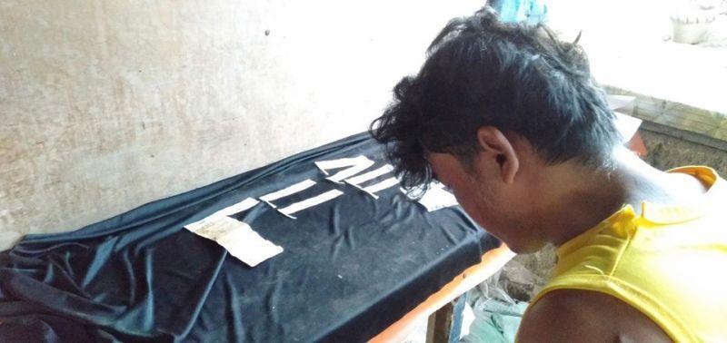 CEBU. Giila ang suspek nga si Allan Sigue Toreon, 43, molupyo sa Lawaan-3, Dakbayan sa Talisay. Si Toreon napriso na kaniadto sa kasong illegal possession of firearms. (Hulagway kuha ni Benjie Talisic)