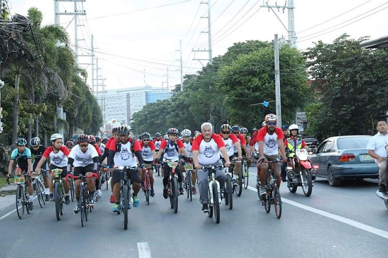 "ANGELES CITY. Angeles City Mayor Carmelo ""Pogi"" Lazatin, Jr. leads hundreds of cyclists on Saturday in the fun ride for a cause meant to raise funds for the restoration and repair of the Holy Rosary Parish Church. (Photo courtesy of Kim Suh Gueco Tayag)"