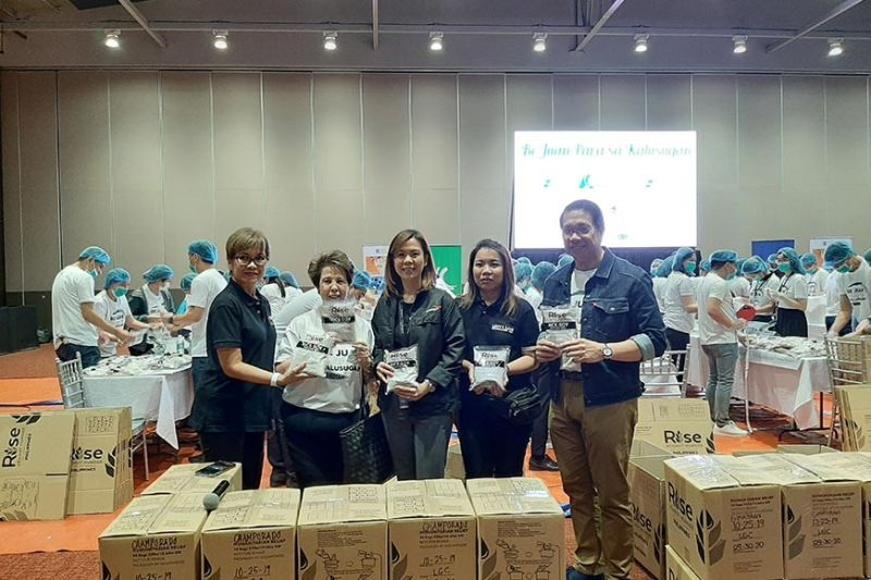 PARTNERSHIP TO END HUNGER. (L-R) Rise Against Hunger Deputy Executive Director Gina Virtusio, Ayala Coop General Manager Dina Orosa, LGC Chairman and CEO Lisset Laus-Velasco, LGC Executive Director Diorella Laus and Ayala Foundation CEO Ruel Maranan show the food packs to be distributed to needy school communities in the province during the packing activity at the LausGroup Event Centre on Friday. (Princess Clea Arcellaz)