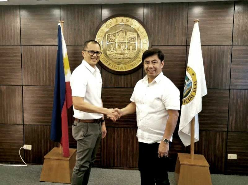 """DEAL. Lapu-Lapu City Mayor Junard """"Ahong"""" Chan shakes hands with Aboitiz InfraCapital assistant vice president Jay Gaitmaitan after the signing of the memorandum of agreement for the dental equipment donated to the city on Wednesday, Oct. 23, 2019. (CONTRIBUTED FOTO)"""