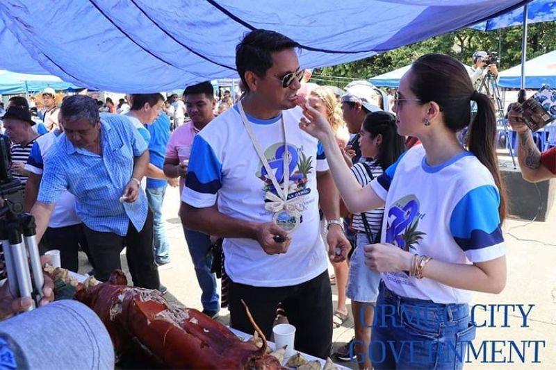 LAMI NGA LITSON: Si Ormoc City Mayor Richard Gomez gihungitan sa iyang asawa nga si Congresswoman Lucy Torres-Gomez sa kagumkom nga litso sa Ormoc atol sa 'Litson Kumbira' sa dakbayan. (Tampo)