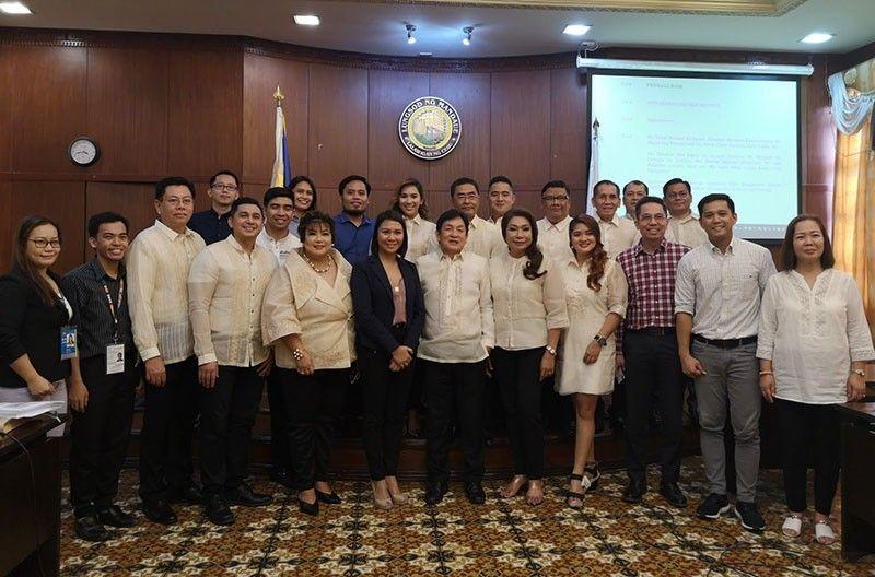 MGA OPISYAL: Ang mga opisyal sa dakbayan sa Mandaue ubos sa pagpangulo ni Vice Mayor Glenn O. Bercede (tunga) uban sa Globe Business Team. (Tampo)