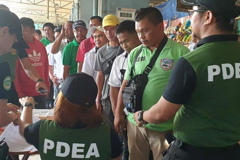 CAGAYAN DE ORO. Random drug testing ngadto sa mga driver ang gipahigayon sa Philippine Drug Enforcement Agency-Northern Mindanao sa Agora terminal sa dakbayan sa Cagayan de Oro alang sa luwas nga pagbiya panahon sa Adlaw sa mga Santos ug Kalag. (Kris C. Sialana)