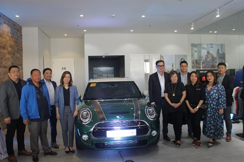 PAMPANGA. MINI Philippines and Autohub Group of Companies president Willy Tee Ten, LGC chairman and CEO Lisset Laus-Velasco, LausGroup directors Dior Laus, Carisa Laus, Tess Laus and other LausGroup executives in posterity before the MINI 60th addition during the opening of MINI Pampanga on Monday, October 28, 2019. (Jovi T. De Leon)