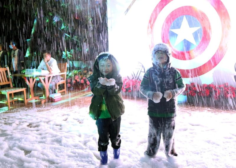 BAGUIO. Children enjoy the snow show of the newly opened Christmas Village of the Baguio Country Club with the theme of famous film Avengers and television series  Game of Thrones. (Photo by Redjie Melvic Cawis)
