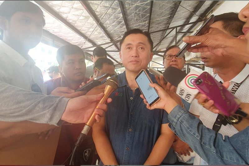 BORACAY. Senator Christopher Go was interviewed by the local media in Boracay as he visited fire victims. (Jun N. Aguirre)