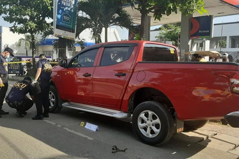 FINDING CLUES. Members of the Philippine National Police-Scene of the Crime Operation gather evidence outside the vehicle of security agency manager Demetrio Torreon, who survived an ambush on Tuesday, Oct. 29, 2019. (SunStar photo / Allan Cuizon)