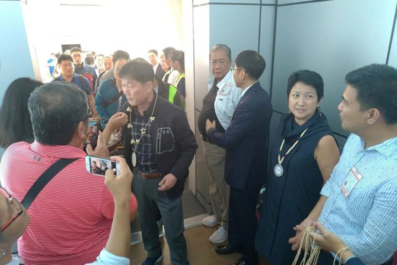 PAMPANGA. DOTr Secretary Art Tugade, Lipad Corporation President Bi Yong Chungunco and other officials welcome tourists from South Korea during the inaugural Incheon to Clark flight last Sunday, October 27, 2019. (Reynaldo G. Navales)