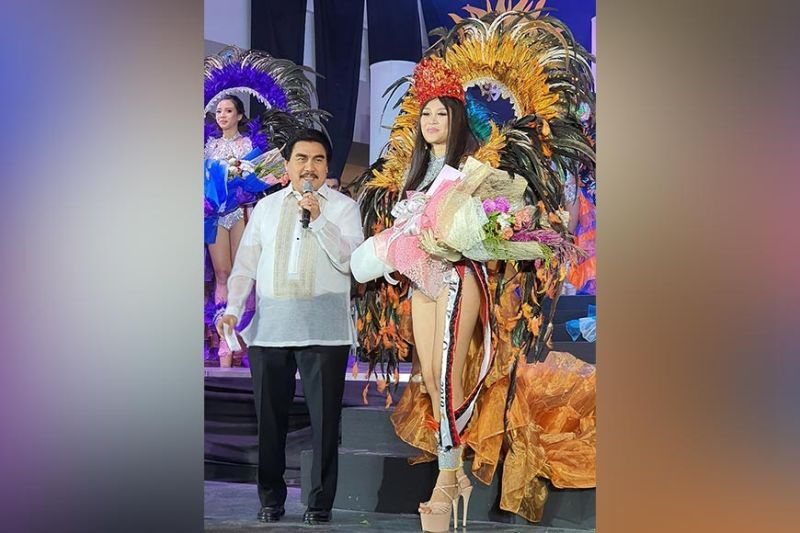 BACOLOD. Bacolod City Mayor Evelio Leonardia proclaims the Ruby MassKara queen Trecia Tuquero during the pageant and corporation night held on October 23. (File photo)