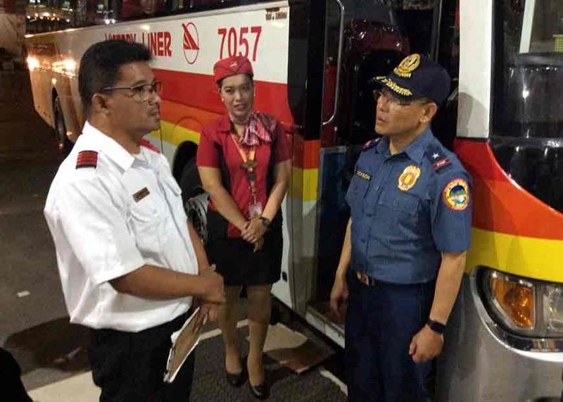 BAGUIO. Police Regional Office Cordillera Director Israel Ephraim Dickson talks to a bus dispatcher on their cueing process for bus passengers going down to the lowlands in time for the nationwide observance of All Saints' and All Souls' Days. (Jonathan Llanes)