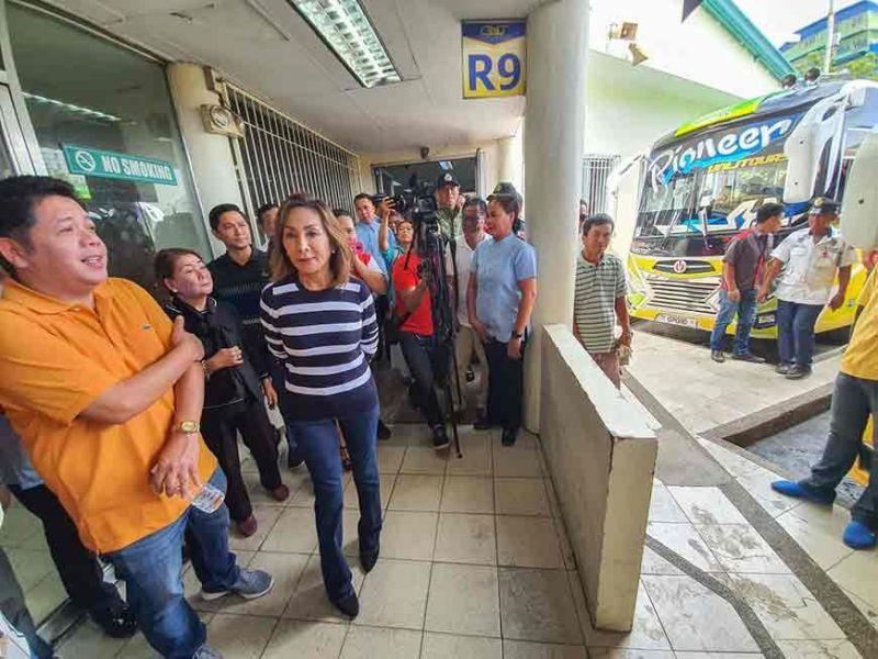 KAHAN-AY GISUBAY: Si Gob. Gwem Garcia (sa walang hulagway) nisusi sa kahan-ay sa sitwasyon sa Cebu South Bus Terminal. (Arni Aclao)