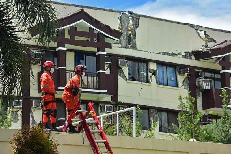 DAVAO. Mitindog sa pader ang duha ka personahe sa Davao City Central 911 Urban Search and Rescue atol sa gipahigayong search and rescue kagahapon, Oktubre 31, sa natumpag nga condominium sa may Ecoland, Davao City human pagtay-og sa magnitude 6.5 nga linog. (Macky Lim)