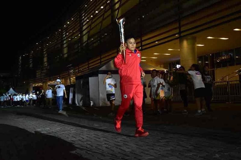 DAVAO. Last torchbearer Aiba Women's World Boxing Championships 2019 gold medalist Nesthy Alcayde Petecio heads toward the activity area during the 30th Southeast Asian (SEA) Games Torch Relay Run held in an out-and-back course from SM Lanang Premier, Davao City on Wednesday evening, October 30. (Macky Lim)