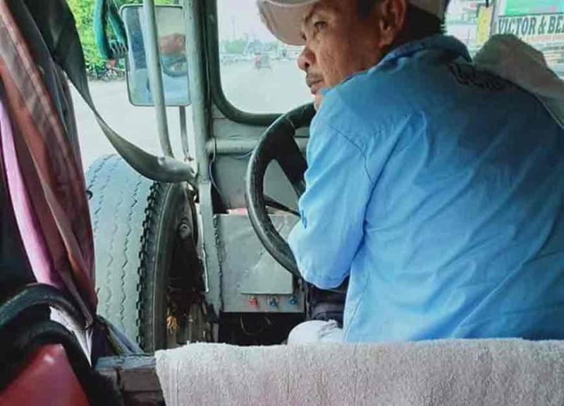 PAMPANGA. Andy Malig, a Checkpoint-Holy-Highway city limit route jeepney driver, earned accolades from netizens for his kindness to senior citizens. (Photo courtesy of Edgardo Reg Belza Jr.)