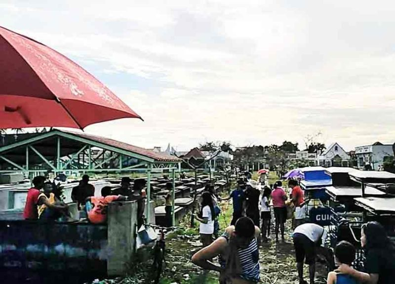 PAMPANGA. Pedicab drivers line up to transport customers to the tombs of their departed loved ones in a flooded cemetery in Masantol, Pampanga. (Princess Clea Arcellaz)