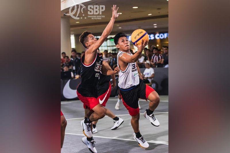 Si Davao City's Prince Yeo Urbiztondo, tuo, mipasud sa bola samtang nagbantay kaniya ang magduduwa gikan Palawan atol sa elimination game sa SBP 3×3 Pambansang Tatluhan sa Robinsons Place Manila Activity Center bag-uhay lamang. (SBP Facebook photo)