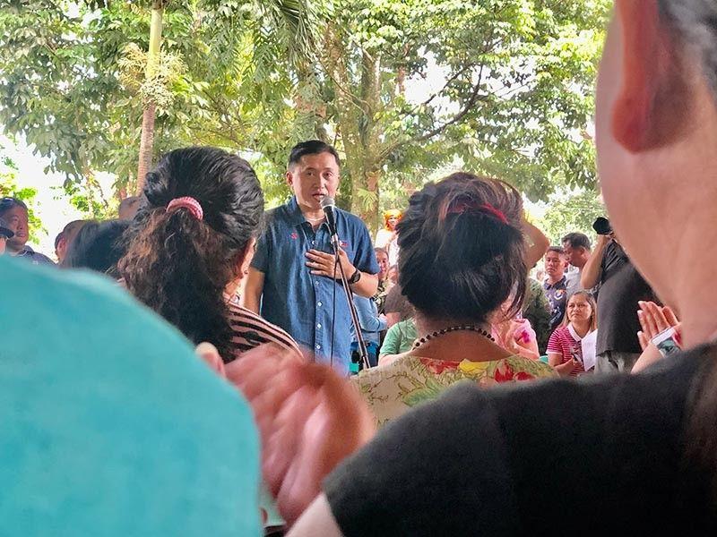 DAVAO. Nagdala og hinabang pinansyal, pagkaon ug mga gamit si Senador Christopher Go, kinsa miatubang sa mga biktima sa linog sa Barangay Luayon, didto sa gihimong evacuation center sa Malasila Elementary School, Makilala, North Cotabato kagahapon, Nobyembre 4, 2019. (Jeepy P. Compio)