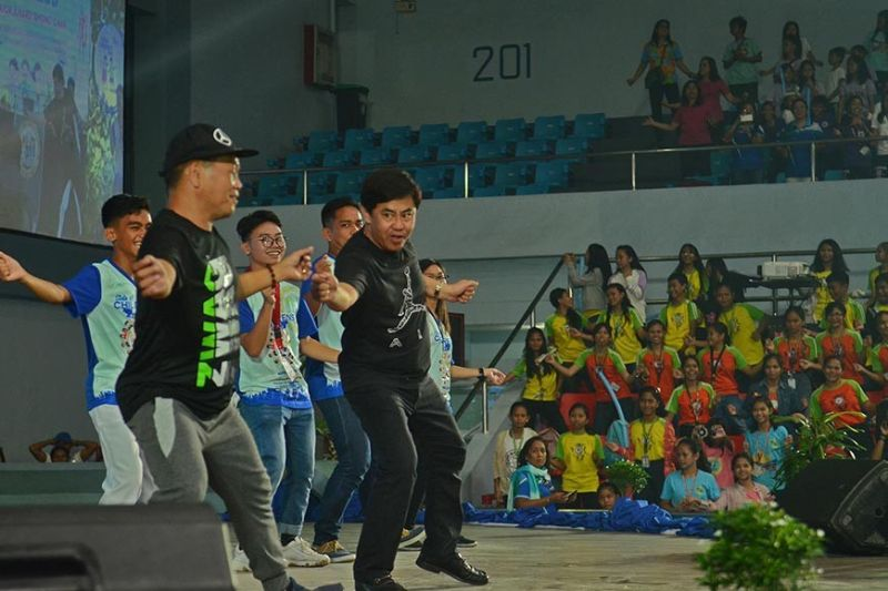 """GROOVY AHONG. Lapu-Lapu City Mayor Junard """"Ahong"""" Chan (second from left) entertains the children by dancing during his first State of the Children's Address on Monday, Nov. 4, 2019. (SunStar photo / Alan Tangcawan)"""