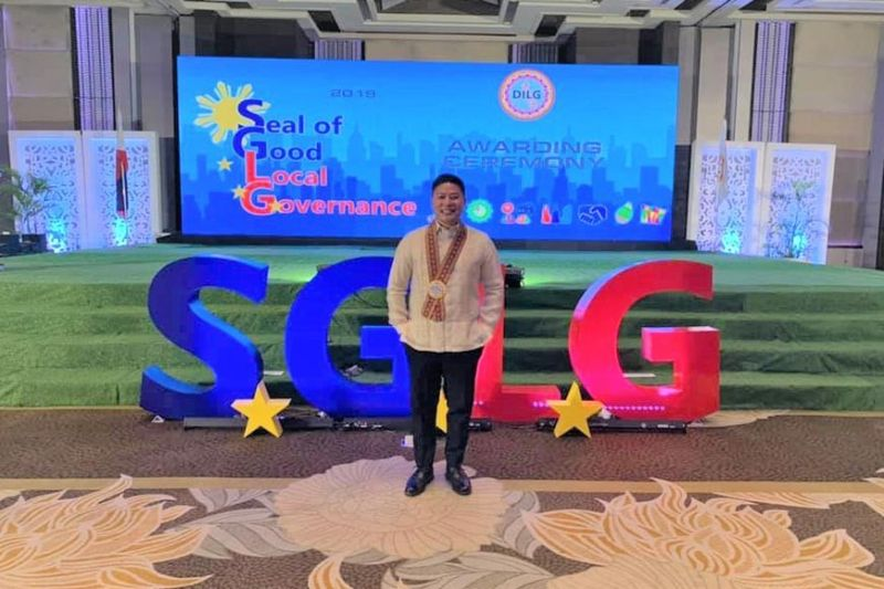 MANILA. Maasin City Mayor Nacional Mercado poses for a souvenir photo during the Seal of Good Local Governance awarding ceremony at the Manila Hotel on Tuesday, November 5, 2019. (Contributed photo)