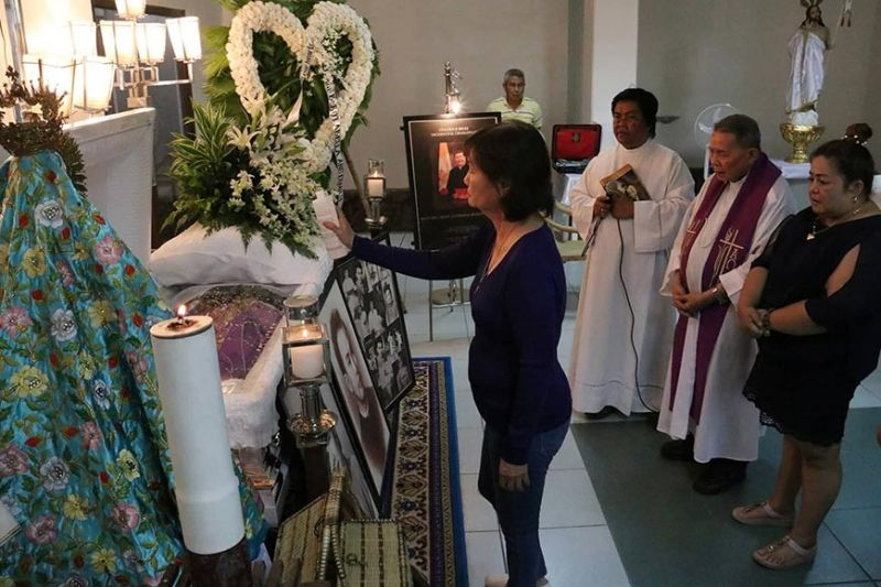 A RELATIVE OF MSGR. ESTEBAN Binghay blesses his remains with holy water during Tuesday's wake at the Chapel of Archdiocesan Shrine of Our Lady of Guadalupe Parish, Guadalupe, Cebu City. (SunStar Foto /  Amper Campaña)