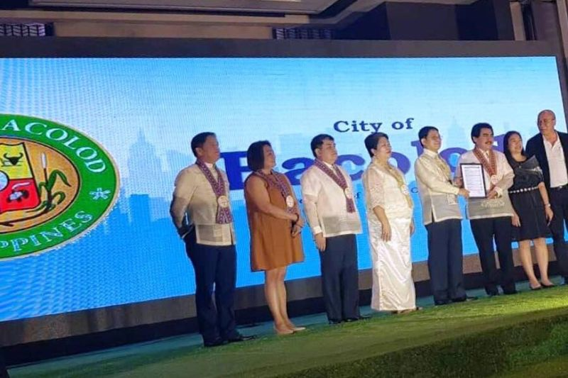 MANILA. Mayor Evelio Leonardia (3rd from right), accompanied by Vice Mayor El Cid Familiaran (1st from right) and City Planning and Development Office head Mary Jean Ramos (2nd from right), accepts for Bacolod the 2019 Seal of Good Local Governance (SGLG) Award from the DILG, as handed by DILG secretary Edauardo Año (5th from left), in the presence of (from left) DILG-Negros Occidental provincial director Ferdinand Panes, DILG-Western Visayas assistant regional director Ma. Calpiza Sardua, DILG-Western Visayas regional director Ariel Iglesia, and DILG Usec. Marivel Sacendoncillo, at rites at The Manila Hotel November 5. (Contributed photo)