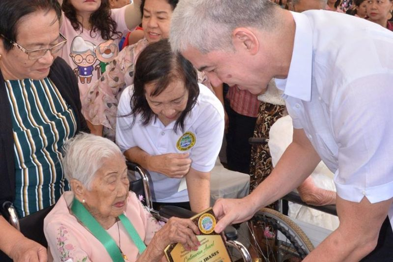 BACOLOD. Governor Bong Lacson gives the centenarian plaque, P100,000 cash, and NOCHP membership card to Ana Tan Ibañes, 100 years old of Cadiz City at the Cinco de Noviembre celebration held at the Capitol Park in Bacolod City Tuesday, November 5, 2019. (Contributed photo)