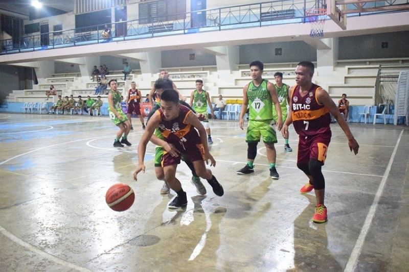 CEBU. Players from BIT International College Talibon and Tagbilaran City College pursue the loose ball in their game in the BSAA last Monday. (Contributed photo)