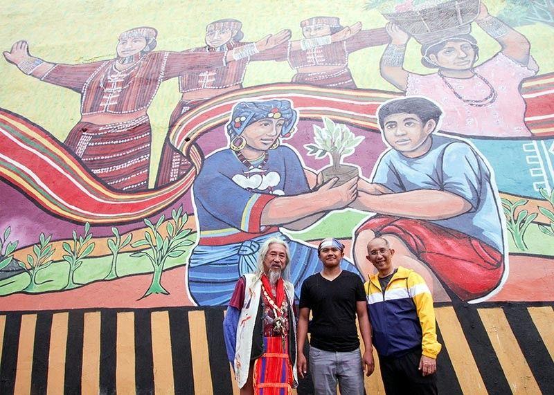 BAGUIO. Baguio City Mayor Benjamin Magalong (right), National Artist for Film Kidlat Tahimik (left) and Pamana mural head artist Silvino Dulnuan lead the opening of the roadside mural. (Jean Nicole Cortes)