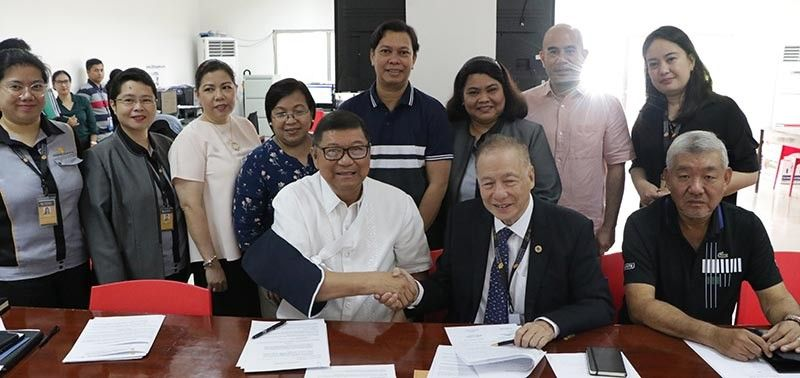 DAVAO. Si PSC Chairman ug Team Philippines Chef de Mission William Ramirez mipirma sa memorandum of agreement tali Standard Insurance Co. Inc., nga girepresentahan sa group chairman ug Philippine Sailing Association president Ernesto Echauz, sa PSC Administrative Bldg., RMSC, Manila, Martes, Nobyembre 5, 201. (Contributed photo)