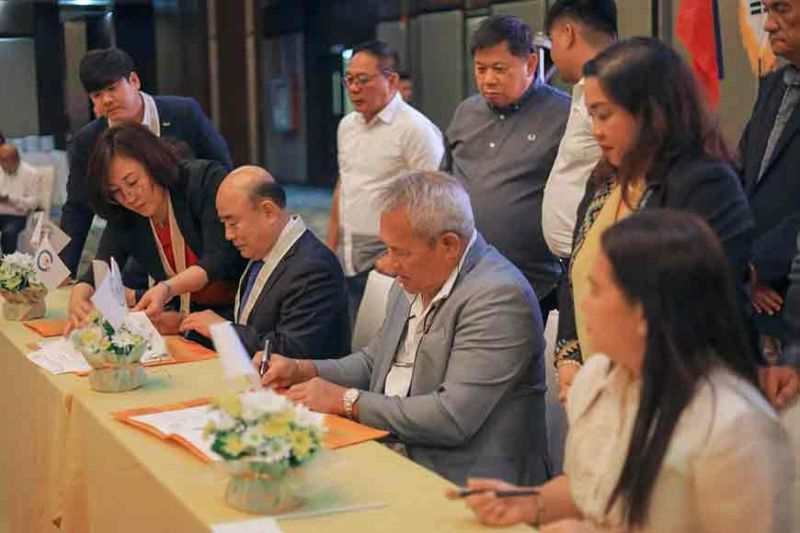 Gwangyang, South Korea and Cagayan de Oro officials sign a memorandum of agreement (MOA) for partnership and substantial exchanges of both cities on Wednesday, November 6. (Photo courtesy: CIO)