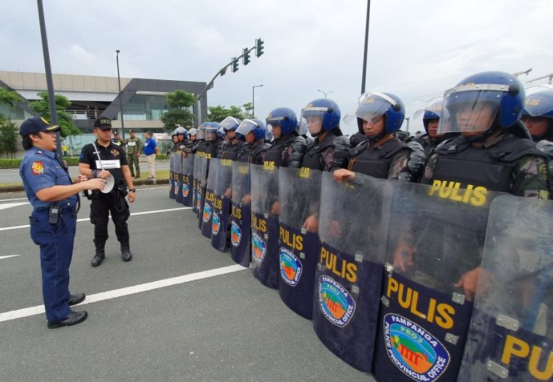 PAMPANGA. Pampanga Police Office Provincial Director Jean Fajardo briefs  policemen to respect human rights while performing their duties in maintaining peace and order in the upcoming SEA Games in Clark.