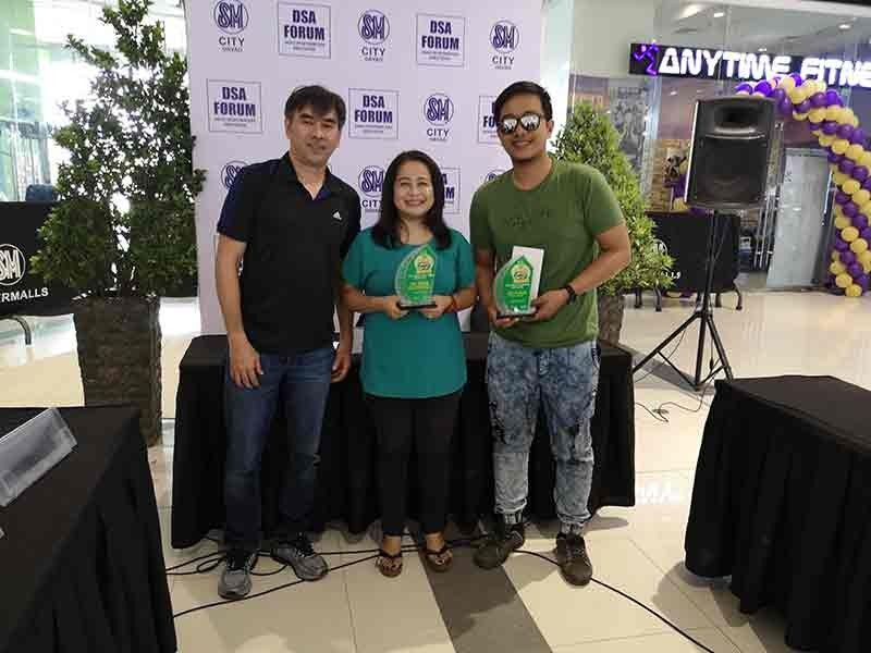 DAVAO. 42nd National Milo Marathon Davao Leg coordinator Kenneth Sai (left) awards the champion trophies to SunStar Davao sports editor Marianne L. Saberon-Abalayan and photojournalist Macky Lim for topping the media writing and photo contest, respectively, after the Davao Sportswriters Association Forum at The Annex of SM City Davao Thursday, November 7, 2019. (Seth delos Reyes)