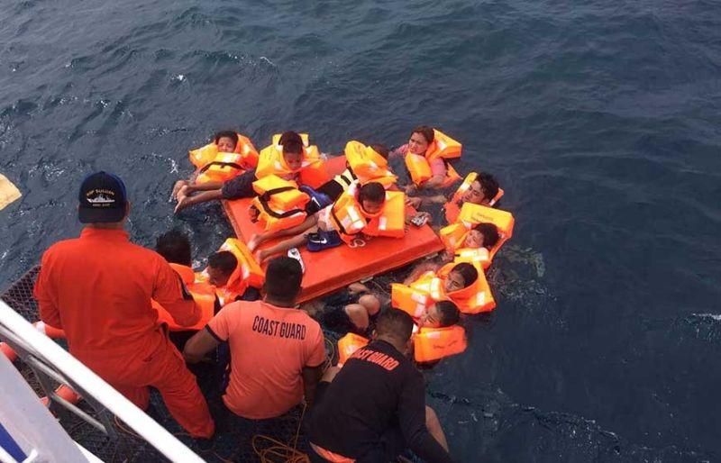GILUWAS: Mga sakop sa Philippine Coast Guard (PCG) mingluwas sa mga pasahero sa M/V Siargao Princess nga mibiyahe gikan sa Loon, Bohol paingon sa Sibonga, Cebu. Ang fastcraft nakasugat og dagkong mga bawod samtang naglawig hinungdan nga nasudlan og tubig. (Tampo sa PCG)