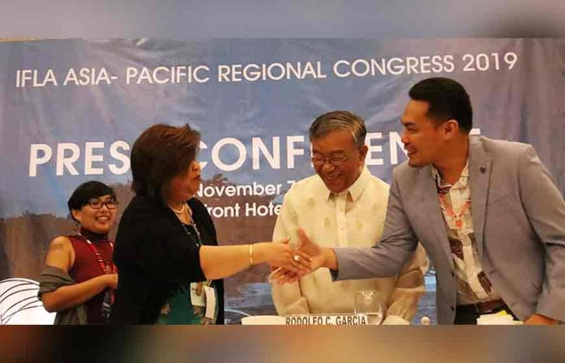 PRESS CONFERENCE. Corazon Davies, assistant secretary for policy and planning services of the Department of Environment and Natural Resources (DENR), shakes the hand of Eric Estonido, president of the Philippine Association of Landscape Architects, while DENR Undersecretary Rodolfo Garcia and Rosanne Marie Aldeguer (left), chairperson of the 2019 Ifla Asia Pacific Regional Congress, look on. The DENR and Pala will be working together to implement green networks around the country. (Sunstar Photo / Amper Campaña)