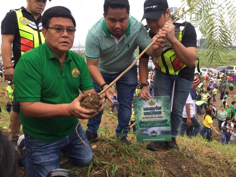 GREENING CEBU. Mayor Eduardo Labella leads government employees, teachers and students in the tree planting activity at the South Road Properties. (SunStar Photo/Jerra Librea)