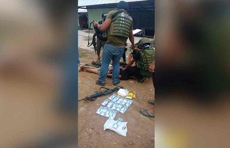 MAGUINDANAO. Gipahapa sa mga awtoridad ang duha ka mga suspek sa dihang nasakote atol sa drug bust. (Edgar E. Fuerzas)