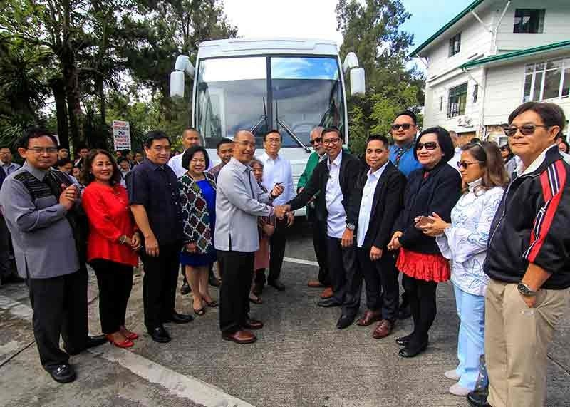 "BAGUIO. Victory Liner Inc. donates one bus unit to the City Government of Baguio to be used as employees' shuttle service. Mayor Benjamin Magalong said the bus company also assumed the responsibility of maintaining the donated unit. On top of this, the bus firm agreed to transfer ""all trips originating from our Gov. Pack Terminal to our Passenger Center in Engineer's Hill"" as its contribution to easing the city's traffic condition. (Photo by Glenn Pat-ogan)"