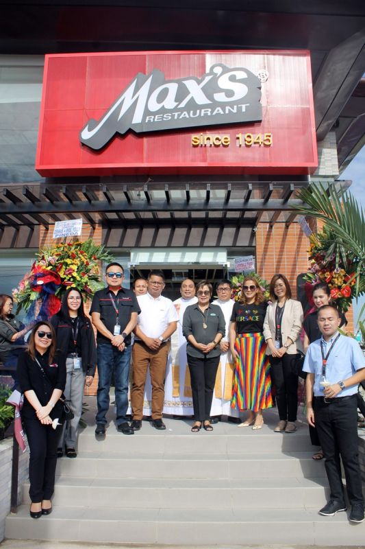 BACOLOR. Pampanga First Lady Yolly Pineda joins Metro Central Luzon Food Inc. (MCLFI) President Teresa Laus, LausGroup executives and Max's officials during the opening and blessing of Max's Restaurant in its new home in Bacolor town on Friday, November 8. (JTD)