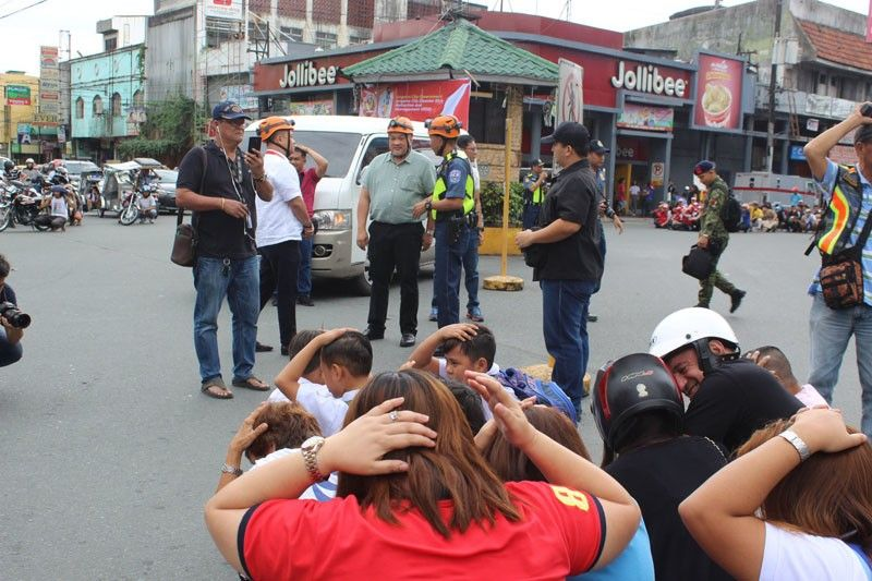 "ANGELES CITY. Mayor Carmelo ""Pogi"" Lazatin Jr. observes the citywide earthquake drill on Thursday, November 7. (PR)"