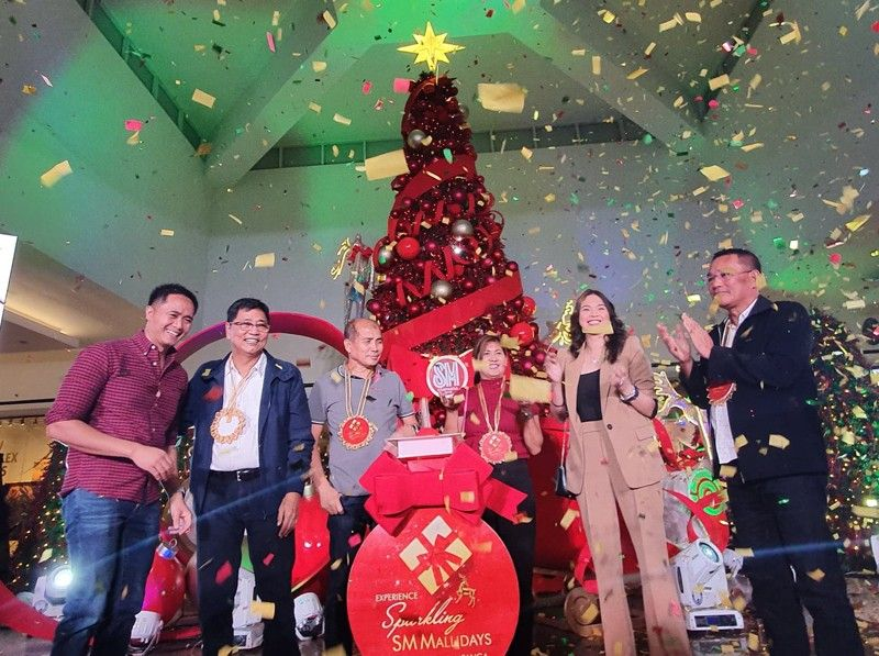 PAMPANGA. SM Supermalls AVP Junias Eusebio, City of San Fernando Mayor Edwin Santiago, Mexico Mayor Teddy Tumang, Board Member Cherry Manalo, SM Supermalls regional manager Andrea Madlangbayan and Board Member Rosve Henson lead the Christmas launch of SM City Pampanga on Saturday, November 9, 2019. (Photo by Chris Navarro)