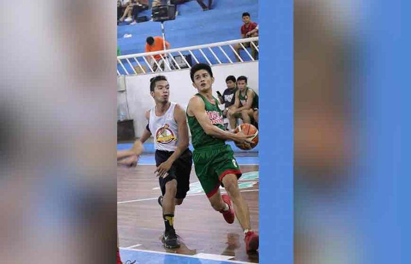 DAVAO. Si BJ Flores sa DMMA College of Southern Philippines (DCSP) mipasutoy sa bola kontra  Mats College of Technology defender atol sa 2019 Collegiate Sponsors League (CSL) Escandor Cup game, Biyernes sa gabii sa Almendras Gym Davao City Recreation Center. (Mark Perandos)