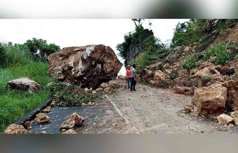 APAYAO. Boulders from the mountains rolled to the Kabugao-Pudtol-Luna-Cagayan Road at the height of the continuous heavy rains. The road has been closed to traffic since Thursday, November 7. (Pudtol MDRRMO Photo)
