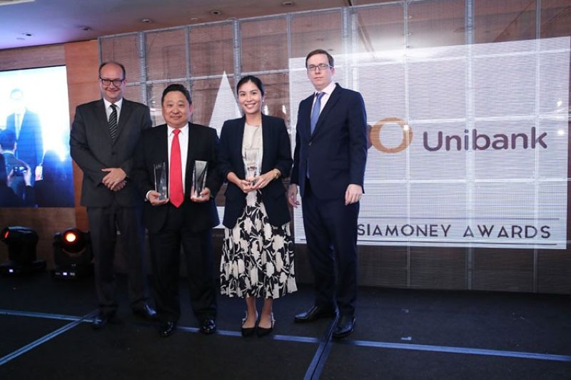 MANILA. BDO received three prestigious awards during the 2019 Asiamoney Best Bank Awards: Most Outstanding Company in the Philippines - Financials Sector, Best Domestic Bank Award, and Best Private Bank Award for its subsidiary, BDO Private Bank. Albert Yeo (2nd from left), president of BDO Private Bank, and Lorah Sy (3rd), first vice president of BDO Unibank Inc. Singapore branch received these accolades in Singapore on the bank's behalf from Asiamoney's Clive Horwood, editor-in-chief (leftmost) and Matthew Thomas, Asia Bureau Chief (rightmost). (PR)