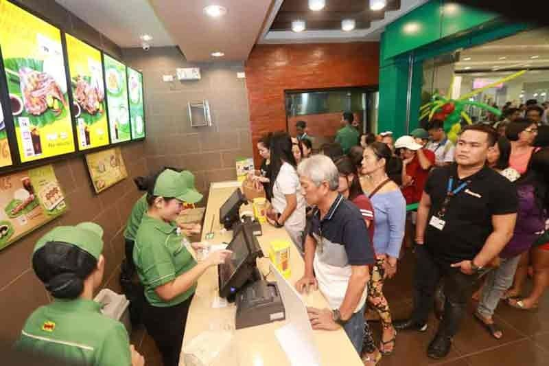 PAMPANGA. Hundreds cue for their orders during the reopening of Mang Inasal at SM City San Fernando Downtown on Monday. (Chris Navarro)