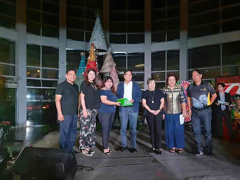PAMPANGA. FLKI president Tess Laus, Robinsons Land Operations manager Jodee Arroyo and Mayor Edwin Santiago present the memorandum of agreement signed for the Sinukwan Festival. Joining them are CLTV36 president Sonia Soto and officials of FLKI. (Princess Clea Arcellaz)