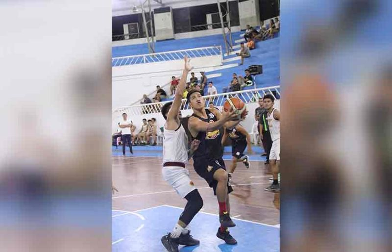 DAVAO. Juanito Ybañez of Mats College of Technology drives all the way to the basket against a University of Mindanao defender during their 2019 Collegiate Sponsors League (CSL) Escandor Cup game held Sunday evening, November 10, at the Almendras Gym Davao City Recreation Center. (Mark Perandos)
