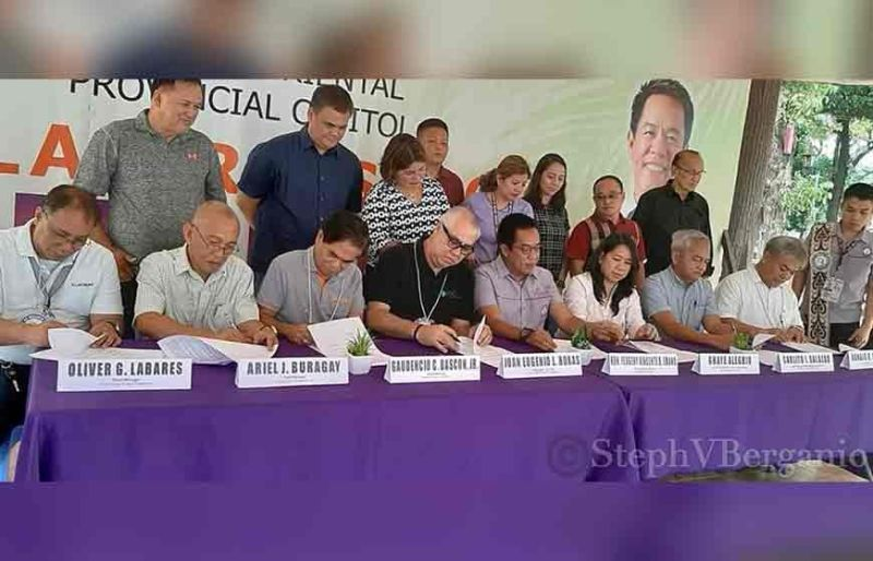 CAGAYAN DE ORO. Signing of a memorandum of agreement between Misamis Oriental Governor Yevgeny Emano and representatives of FDC Misamis Power Corporation for the direct access to financial benefits. (Steph Berganio of Superbalita Cagayan de Oro)