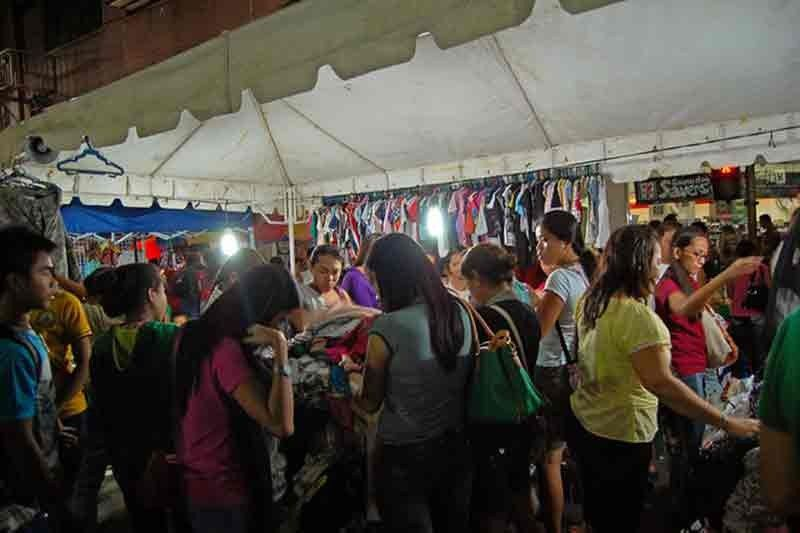 BUSY SEASON. Retailers anticipate big spending this holiday season.National Economic and Development Authority 7 Director Efren Carreon says the economic indicators still point to a sustained economic growth for the region amid the slowdown in export and agriculture. (Sunstar File)