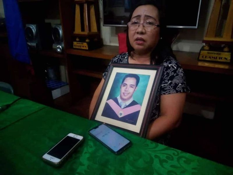 BACOLOD. Holding a photo of her son Jail Officer 1 Jayvee Jason Vargas, the slain jailer's mother, Yvonne, calls for justice as she maintained that her 28-year-old son was innocent of any crime in a media interview at the Negros Press Club office in Bacolod City Monday, November 11. (NLG Photo)