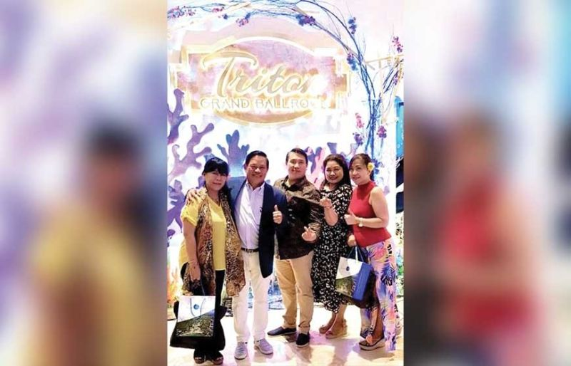 JPARK BIG BOSS. JPark Island Resorts and Waterpark chairman Justin Uy and brother Jason with travel trade beauties Cherry Callelero, Susana San Ramon and Ann Momongan during the resort's 10th anniversary celebration.